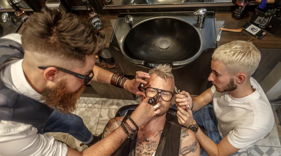 Atelier du Barbier – Une fois passée la porte du salon, profitez du décor new-yorkais, il vous inspirera peut-être un nouveau style